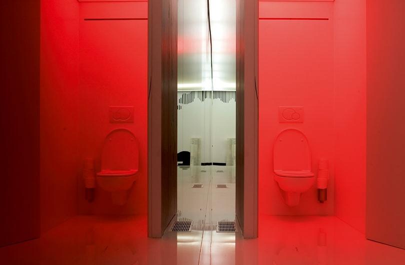 Toilet decoratie. view toiletpaper holder utoscau with toilet