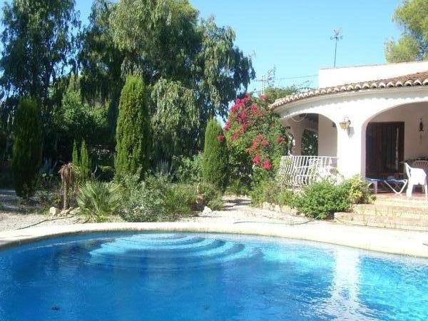 Villa avec piscine priv e dans un environnement de verdure for Environnement piscine